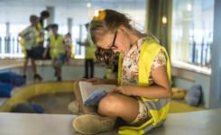 Meisje leest boek