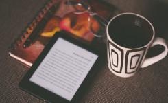 Tablet met opengeslagen boek